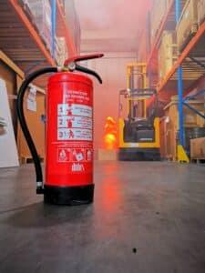 un feu s'est declare dans l entreprise et un extincteur est present
