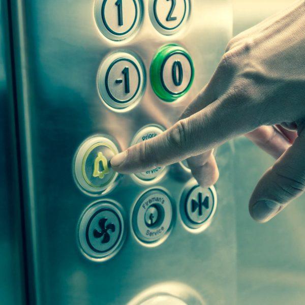 apprendre à dégager une personne dans un ascenseur lorsque celui-ci est bloqué avec notre formation ascenseur