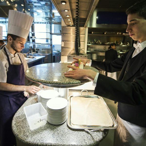 Adopter les gestes et postures fondamentaux et intégrer les gestes spécifiques au restaurant
