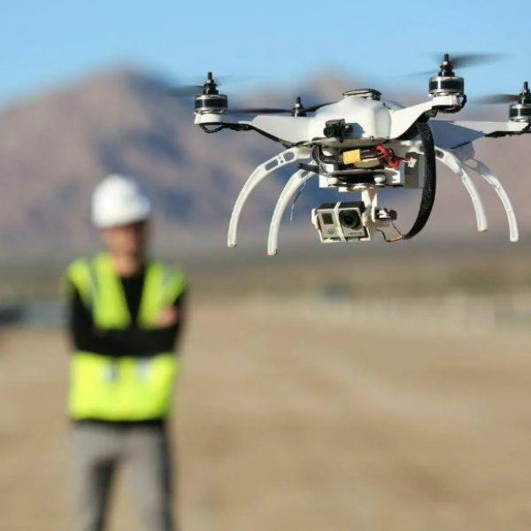 Piloter un drone, pour ses loisirs ou professionnellement, ne s'improvise pas, il faut dans beaucoup de cas suivre une formation obligatoire et adaptée.