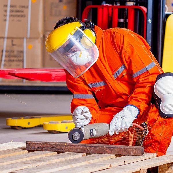 La mission d'un dispositif d'alarme du travailleur isolé (DATI) est de transmettre une alarme correspondant à une situation jugée critique par un travailleur isolé vers une personne ou une structure chargée de déclencher les secours